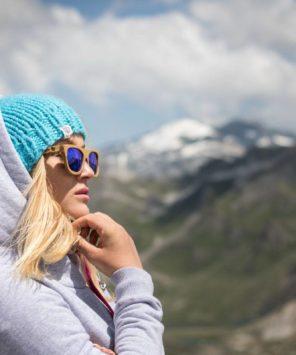 Surf girl viewing mountains in evokaii big hood hoodie in grey, fajne bluzy