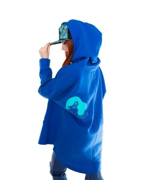 Niebieska bluza kangurka - modelka