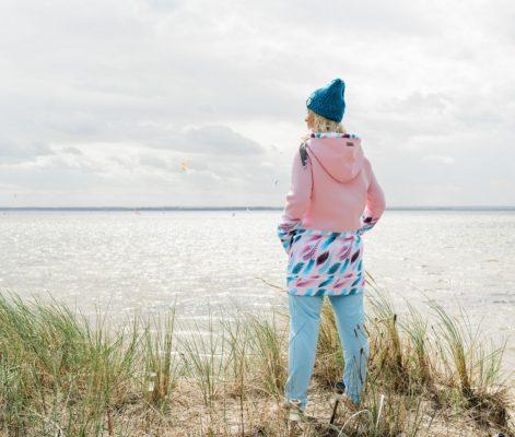 Długa bluza rozpinana z kapturem Candy – Feathers Pink tył